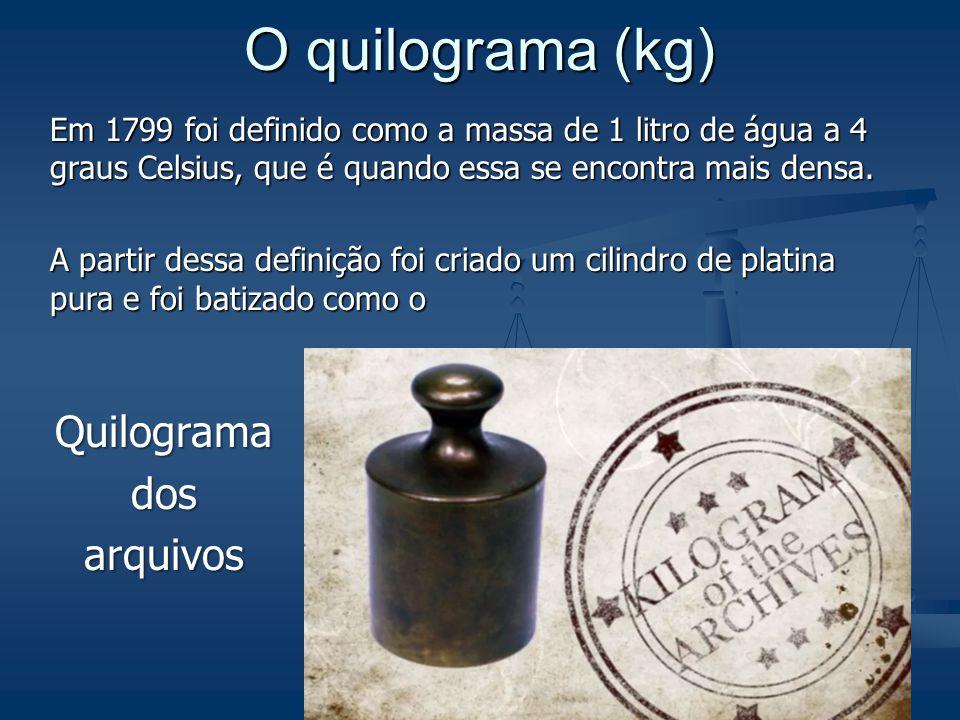 Metrologia (slide 45) O quilograma (kg) Em 1799 foi definido como a massa de 1 litro de água a 4 graus Celsius, que é quando essa se encontra mais densa.