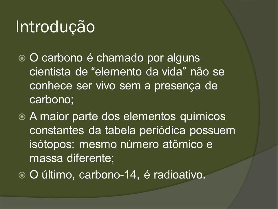 Origem do carbono-14 A radiação cósmica, formada essencialmente por partículas de alta energia e raios, incide sobre a Terra e reações nucleares formam o carbono-14 continuamente; Assim, o carbono radioativo, formado na alta atmosfera, acaba entrando no ciclo de vida.