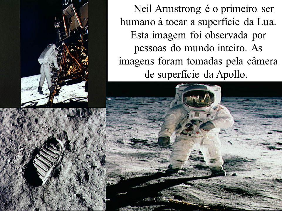 Neil Armstrong é o primeiro ser humano à tocar a superfície da Lua. Esta imagem foi observada por pessoas do mundo inteiro. As imagens foram tomadas p