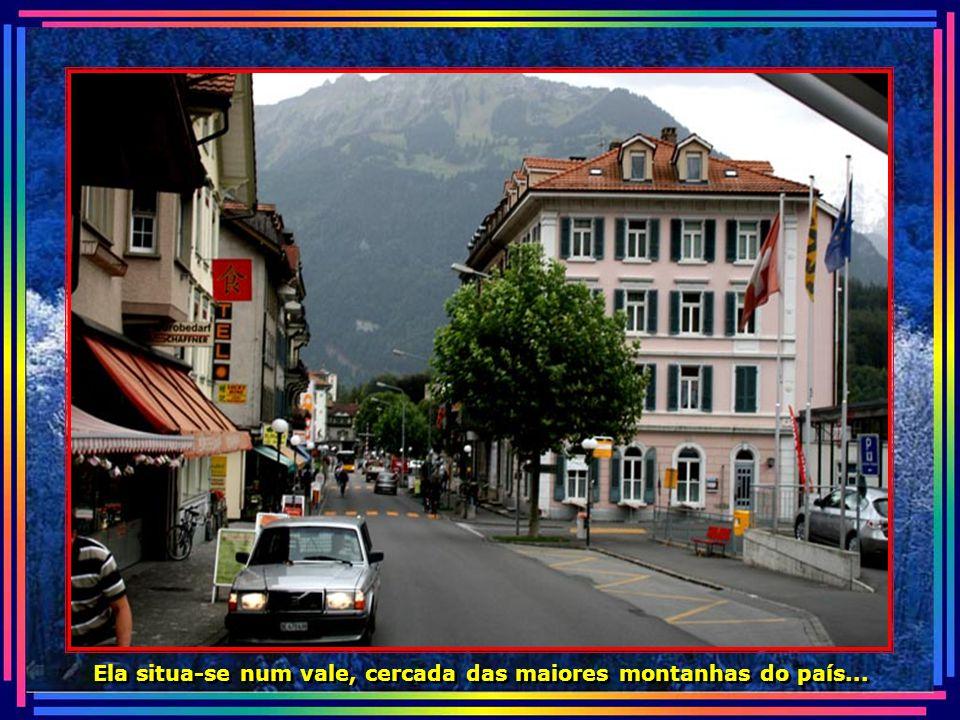 O nome provém da sua posição geográfica entre os lagos de Thun e Brienz, e foi escolhido em 1891, para substituir o seu antigo nome: Aarmuhle...