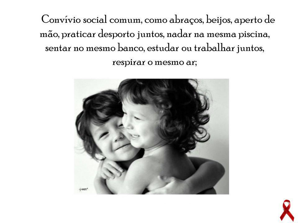 Convívio social comum, como abraços, beijos, aperto de mão, praticar desporto juntos, nadar na mesma piscina, sentar no mesmo banco, estudar ou trabal