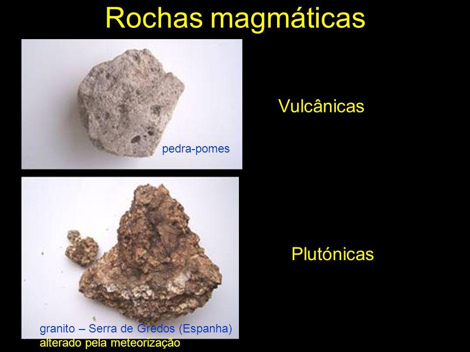 Rochas sedimentares As rochas sedimentares são formadas à superfície por acumulação de sedimentos resultantes da desagregação de rochas pré-existentes.