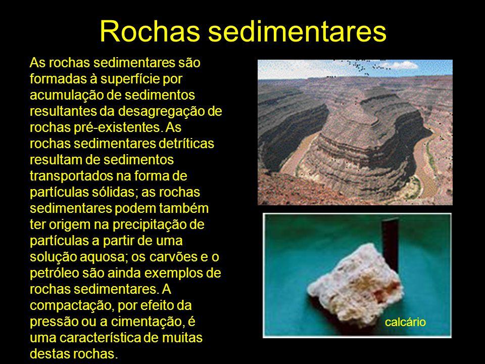 Rochas sedimentares As rochas sedimentares são formadas à superfície por acumulação de sedimentos resultantes da desagregação de rochas pré-existentes