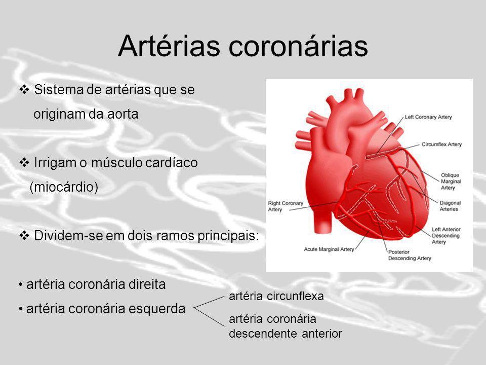 Doença Arterial Coronária (DAC) Aterosclerose - acumulação de depósitos de gordura (ateromas ou placas) nas células que revestem a parede de uma artéria coronária Bloqueio gradual da artéria coronária Fluxo de sangue diminui – coração recebe menos oxigénio Isquémia do miocárdio