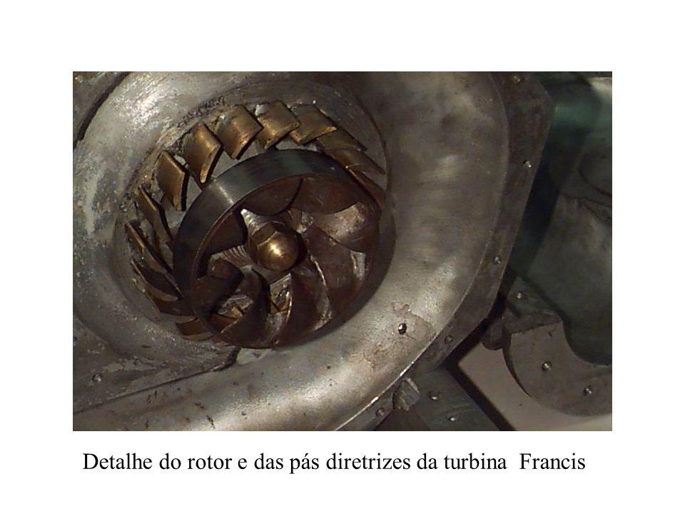 Detalhe do rotor e das pás diretrizes da turbina Francis