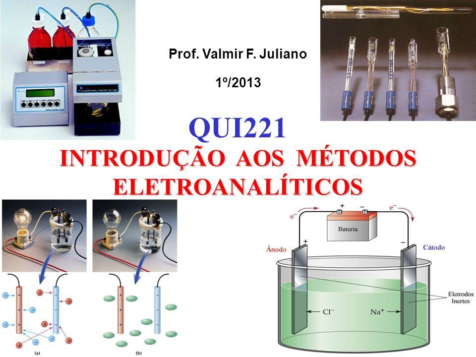 Célula Eletroquímica Componentes de uma Célula Eletroquímica 2 condutores imersos em uma solução contendo eletrólitos (eletrodos) 1 condutor eletrônico externo para permitir o fluxo de elétrons 1 condutor iônico para evitar o contato direto dos reagentes e permitir o fluxo de íons, equilibrando as cargas na solução ( e manter o fluxo de e - ).
