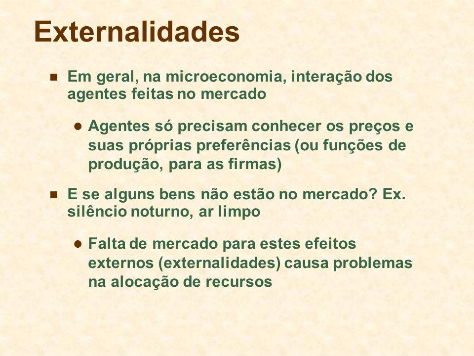 Externalidades Em geral, na microeconomia, interação dos agentes feitas no mercado Agentes só precisam conhecer os preços e suas próprias preferências