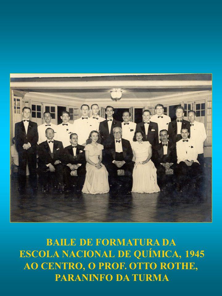 BAILE DE FORMATURA DA ESCOLA NACIONAL DE QUÍMICA, 1945 AO CENTRO, O PROF. OTTO ROTHE, PARANINFO DA TURMA