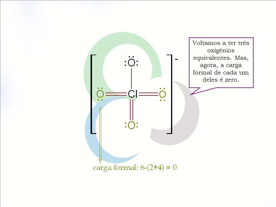 Voltamos a ter três oxigênios equivalentes. Mas, agora, a carga formal de cada um deles é zero.