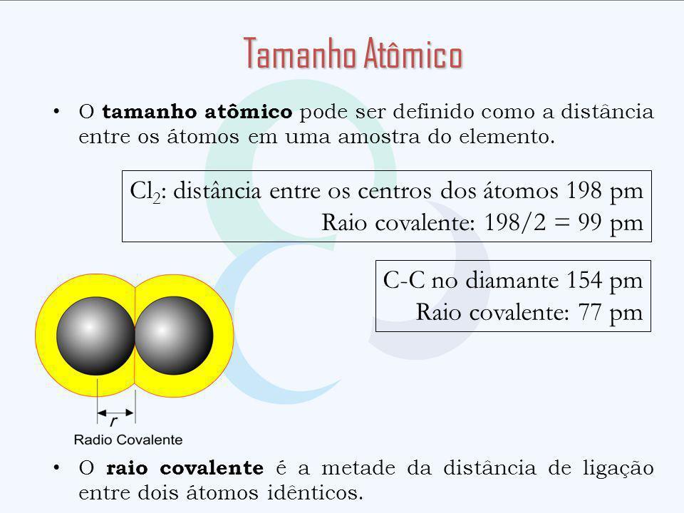 O tamanho atômico pode ser definido como a distância entre os átomos em uma amostra do elemento. O raio covalente é a metade da distância de ligação e
