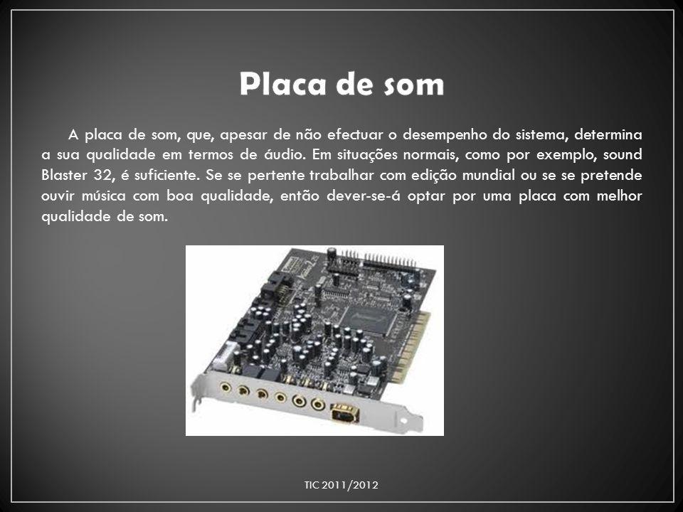 A placa de som, que, apesar de não efectuar o desempenho do sistema, determina a sua qualidade em termos de áudio. Em situações normais, como por exem