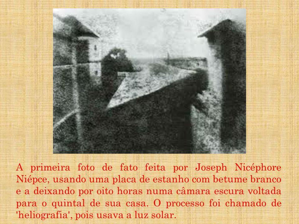 A primeira foto de fato feita por Joseph Nicéphore Niépce, usando uma placa de estanho com betume branco e a deixando por oito horas numa câmara escur