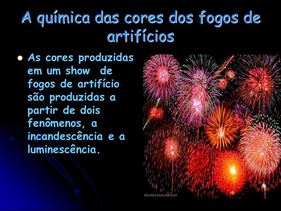 A química das cores dos fogos de artifícios As cores produzidas em um show de fogos de artifício são produzidas a partir de dois fenômenos, a incandescência e a luminescência.