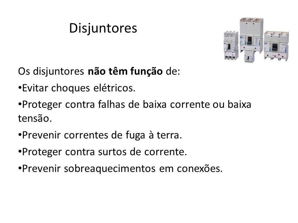 Disjuntores Os disjuntores não têm função de: Evitar choques elétricos. Proteger contra falhas de baixa corrente ou baixa tensão. Prevenir correntes d