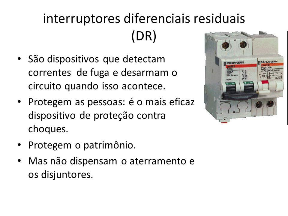 interruptores diferenciais residuais (DR) São dispositivos que detectam correntes de fuga e desarmam o circuito quando isso acontece. Protegem as pess