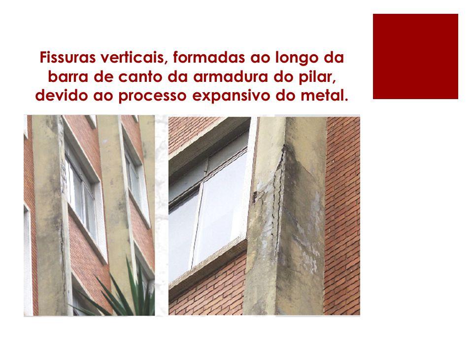Fissuras verticais, formadas ao longo da barra de canto da armadura do pilar, devido ao processo expansivo do metal.