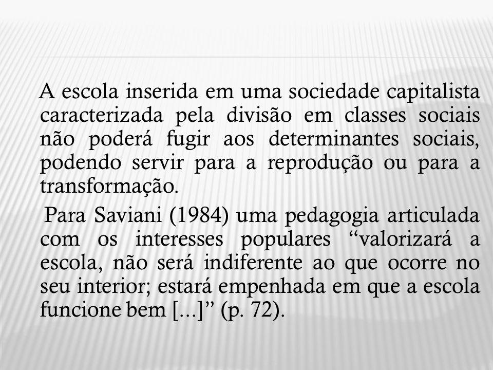 A escola inserida em uma sociedade capitalista caracterizada pela divisão em classes sociais não poderá fugir aos determinantes sociais, podendo servi