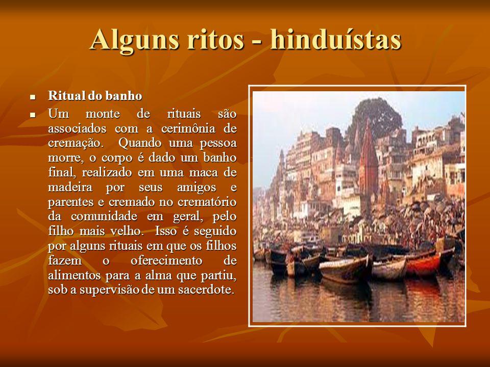 Alguns ritos - hinduístas Ritual do banho Ritual do banho Um monte de rituais são associados com a cerimônia de cremação. Quando uma pessoa morre, o c
