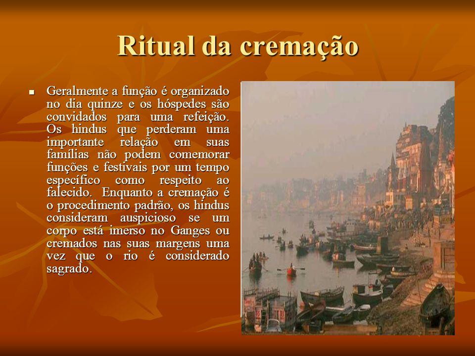 Ritual da cremação Geralmente a função é organizado no dia quinze e os hóspedes são convidados para uma refeição. Os hindus que perderam uma important