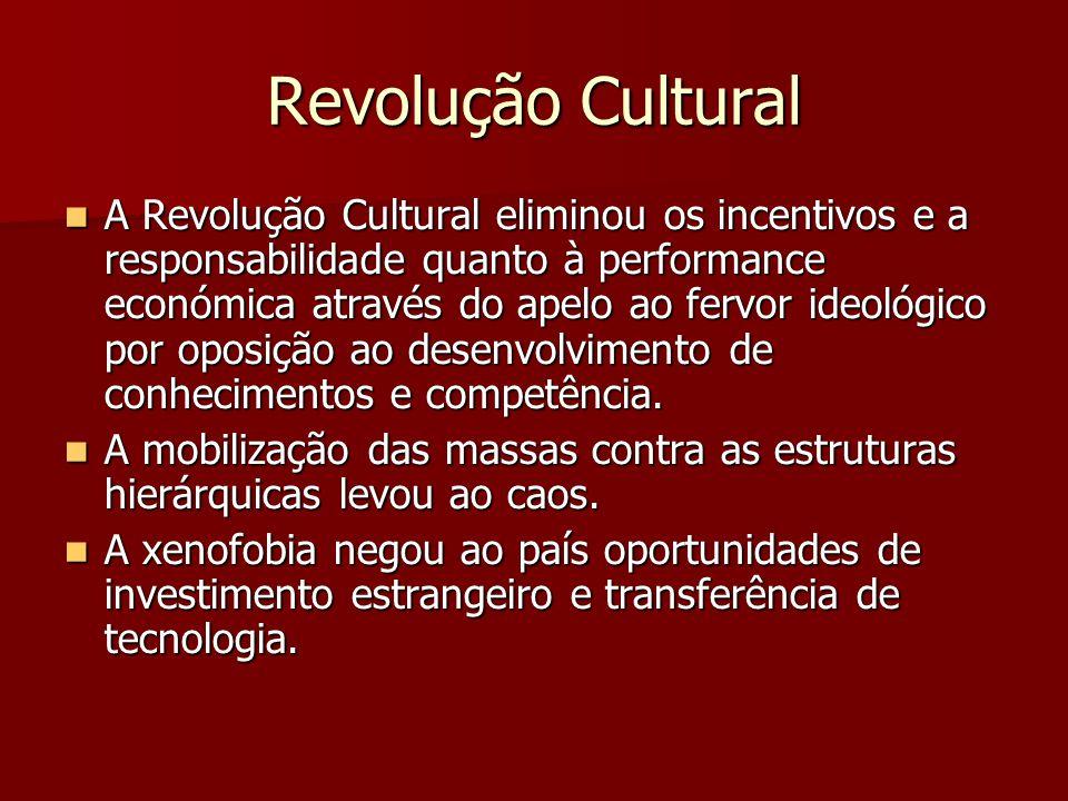 Revolução Cultural A Revolução Cultural eliminou os incentivos e a responsabilidade quanto à performance económica através do apelo ao fervor ideológico por oposição ao desenvolvimento de conhecimentos e competência.