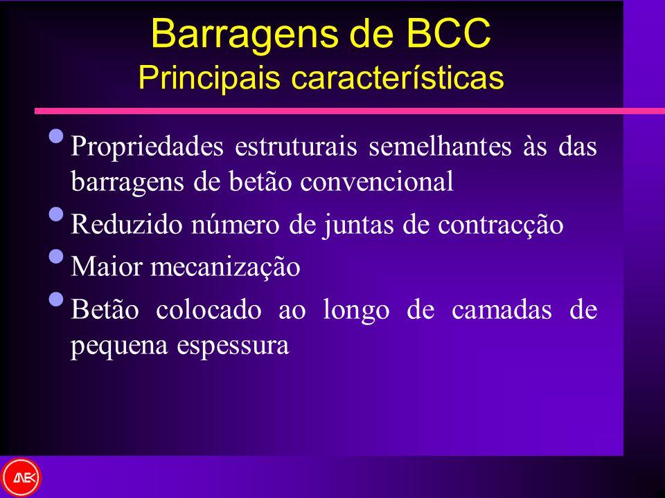 Barragens de BCC Principais características Propriedades estruturais semelhantes às das barragens de betão convencional Reduzido número de juntas de c