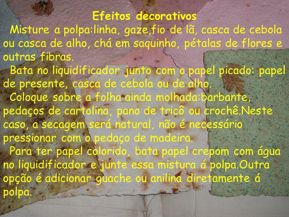 Efeitos decorativos Misture a polpa:linha, gaze,fio de lã, casca de cebola ou casca de alho, chá em saquinho, pétalas de flores e outras fibras. Bata