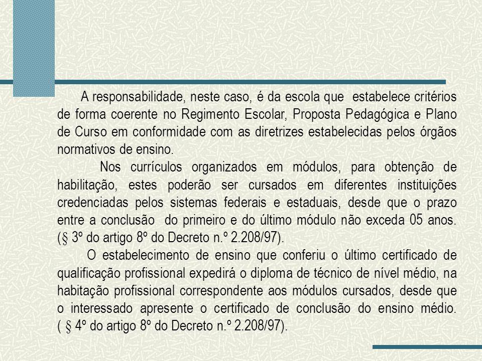 A responsabilidade, neste caso, é da escola que estabelece critérios de forma coerente no Regimento Escolar, Proposta Pedagógica e Plano de Curso em c