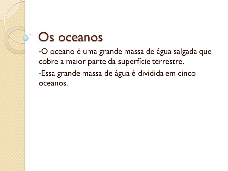 Os oceanos O oceano é uma grande massa de água salgada que cobre a maior parte da superfície terrestre. Essa grande massa de água é dividida em cinco