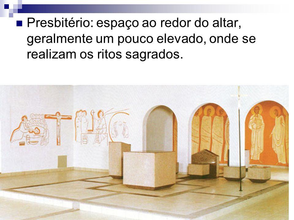 Presbitério: espaço ao redor do altar, geralmente um pouco elevado, onde se realizam os ritos sagrados.