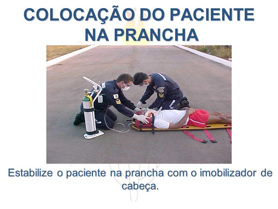 COLOCAÇÃO DO PACIENTE NA PRANCHA Estabilize o paciente na prancha com o imobilizador de cabeça.