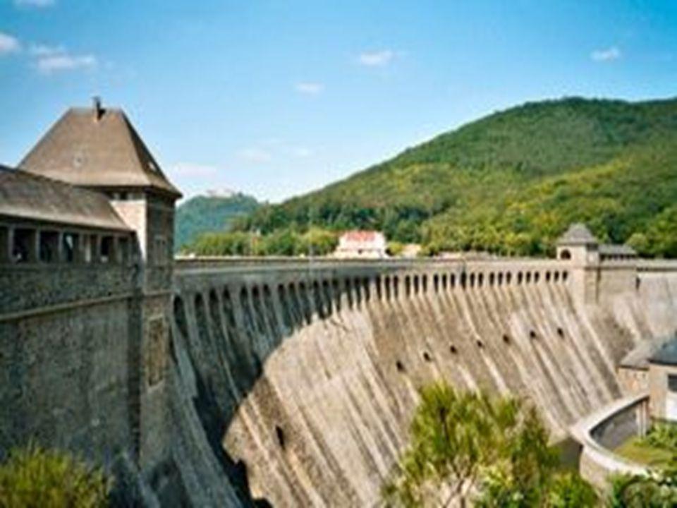 CONSTRUÇÃO DE RESERVATÓRIOS A construção de reservatórios de represas produz inúmeros impactos no sistema, com alterações qualitativas e quantitativas.