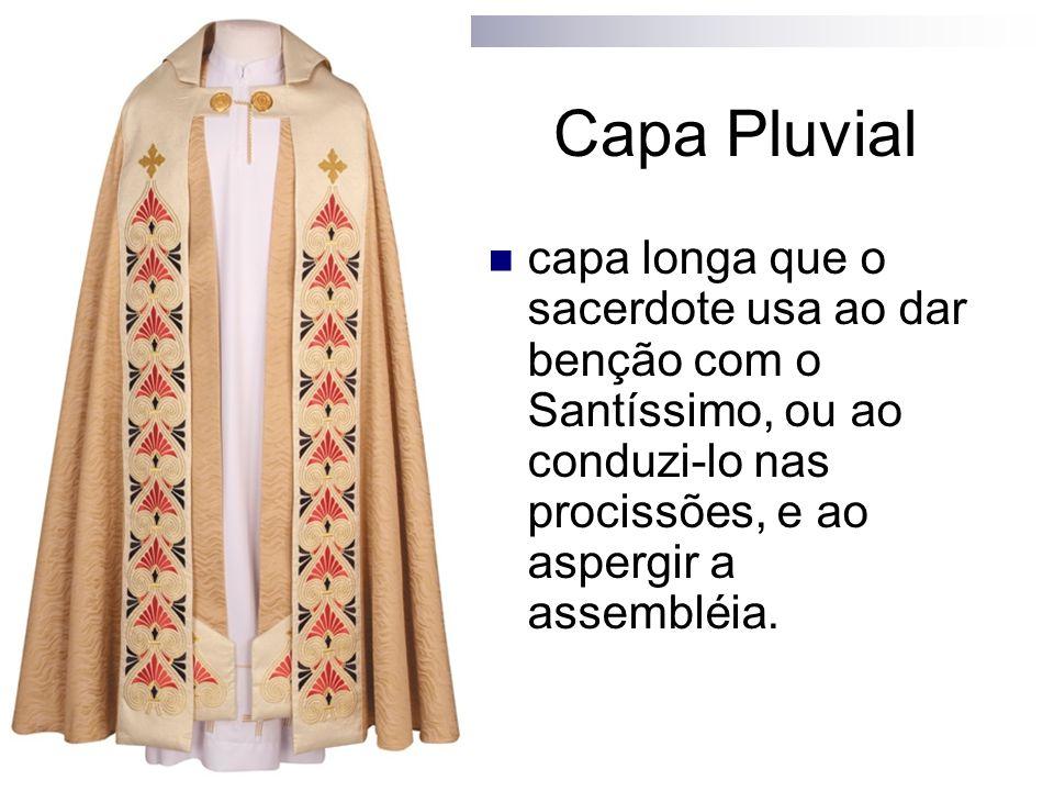Capa Pluvial capa longa que o sacerdote usa ao dar benção com o Santíssimo, ou ao conduzi-lo nas procissões, e ao aspergir a assembléia.