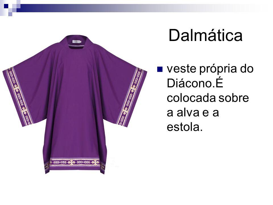 Dalmática veste própria do Diácono.É colocada sobre a alva e a estola.