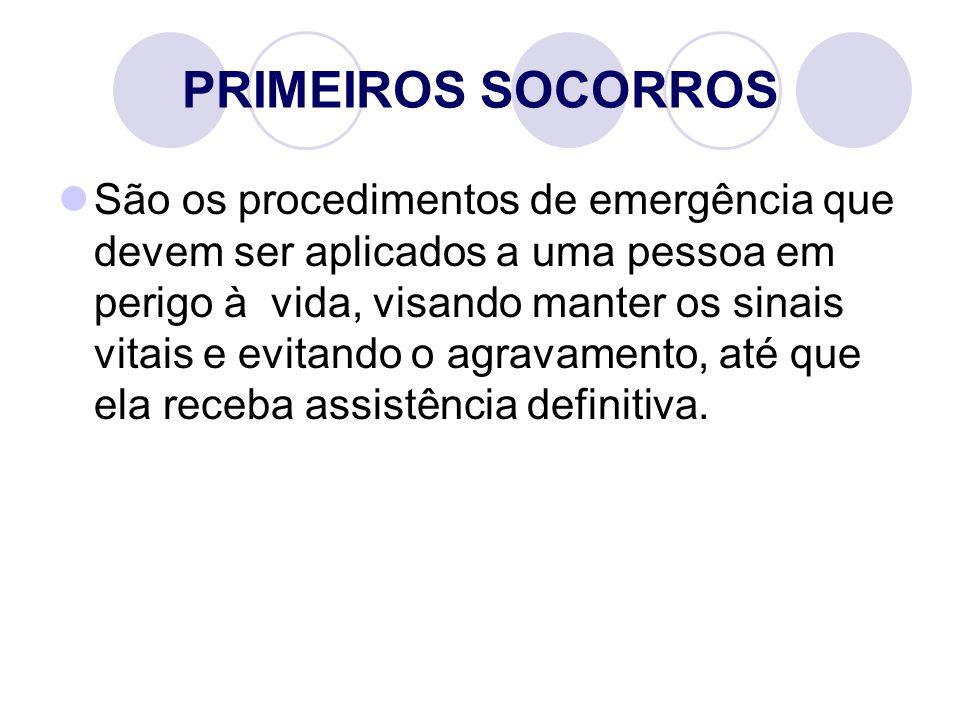 PRIMEIROS SOCORROS São os procedimentos de emergência que devem ser aplicados a uma pessoa em perigo à vida, visando manter os sinais vitais e evitando o agravamento, até que ela receba assistência definitiva.