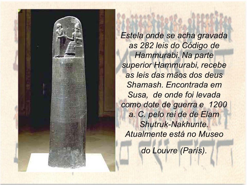 Estela onde se acha gravada as 282 leis do Código de Hammurabi. Na parte superior Hammurabi, recebe as leis das mãos dos deus Shamash. Encontrada em S