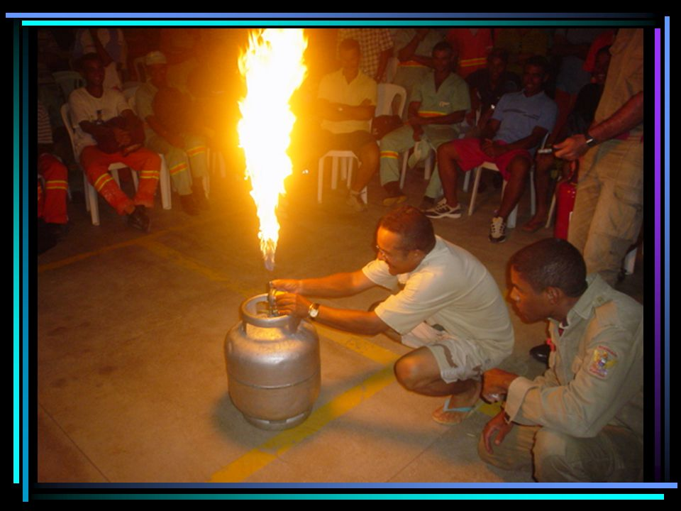 VAZAMENTO COM FOGO Extinguir o fogo sobre o botijão por abafamento; Verificar se o botijão apresenta vazamento; Caso o fogo seja no tubo plástico, a extinção é realizada com o fechamento do registro.