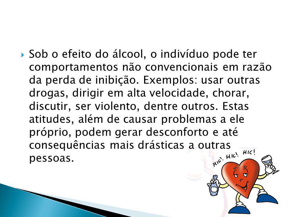 Sob o efeito do álcool, o indivíduo pode ter comportamentos não convencionais em razão da perda de inibição. Exemplos: usar outras drogas, dirigir em