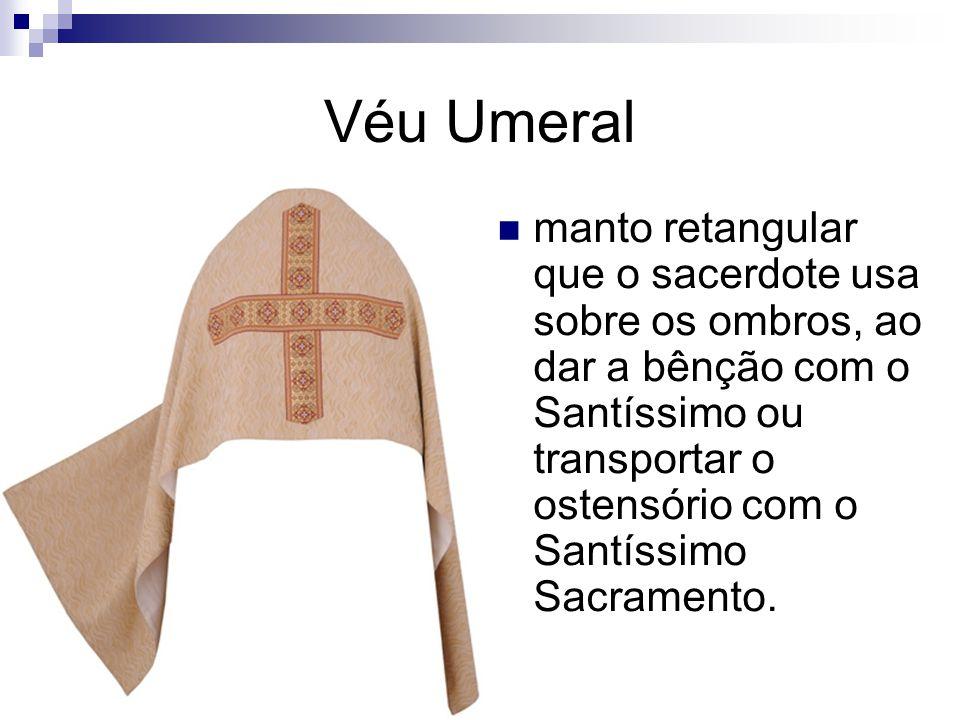 Véu Umeral manto retangular que o sacerdote usa sobre os ombros, ao dar a bênção com o Santíssimo ou transportar o ostensório com o Santíssimo Sacramento.