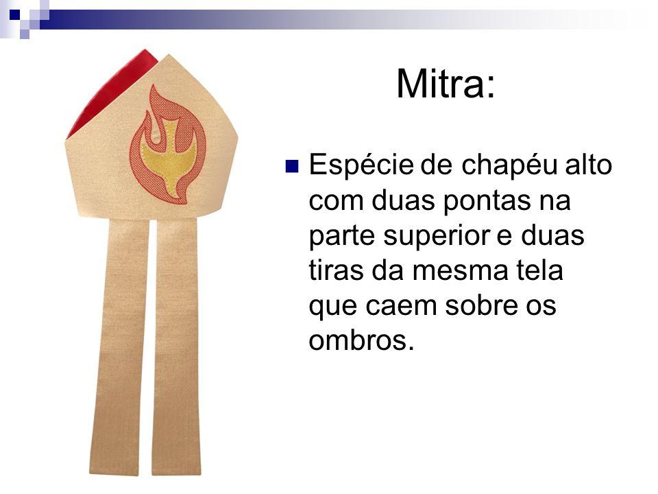 Mitra: Espécie de chapéu alto com duas pontas na parte superior e duas tiras da mesma tela que caem sobre os ombros.