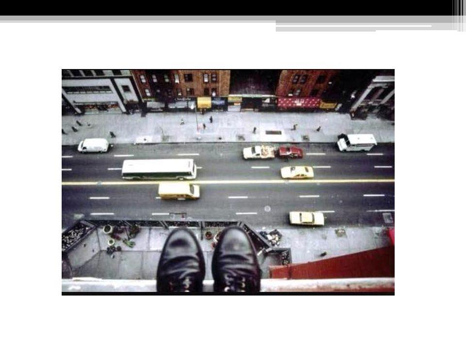 Dei risada, do alto de um prédio.Sentei no peitoril e balancei as pernas.