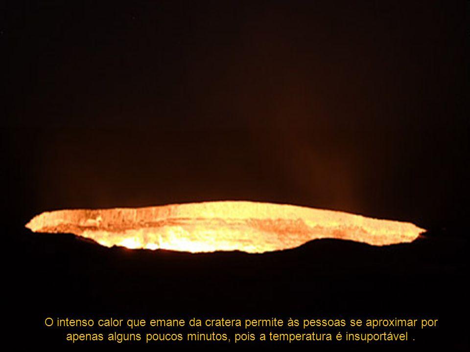 O intenso calor que emane da cratera permite às pessoas se aproximar por apenas alguns poucos minutos, pois a temperatura é insuportável.
