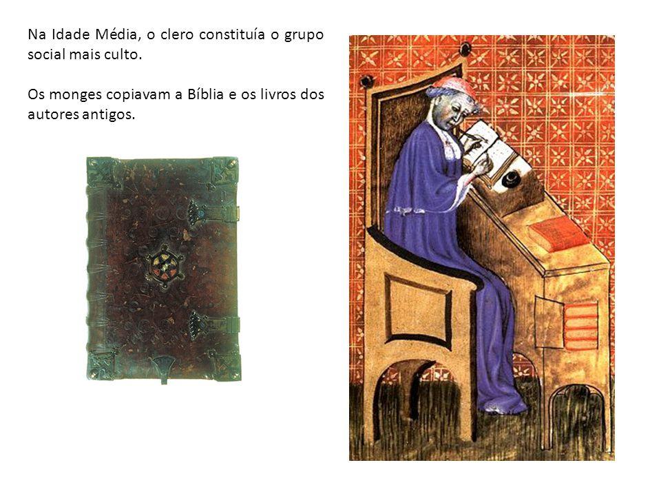 Na Idade Média, o clero constituía o grupo social mais culto. Os monges copiavam a Bíblia e os livros dos autores antigos.