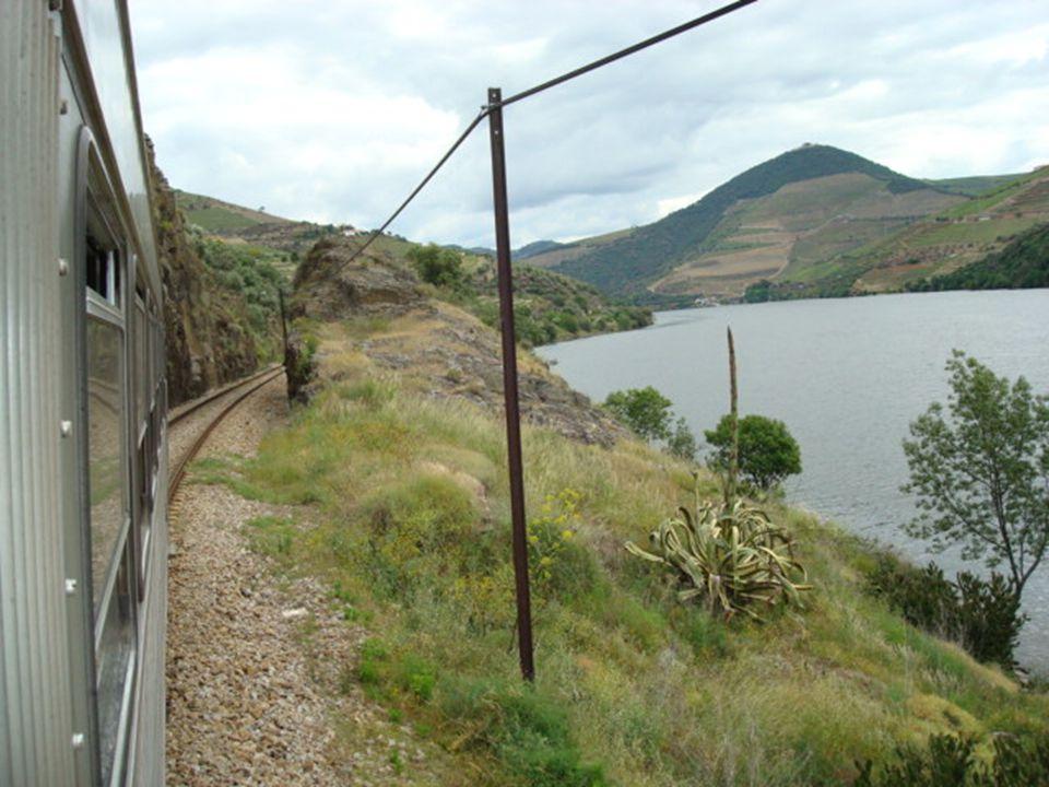 Ao longe as escadas abertas nas encostas com as videiras que nos darão o apreciado vinho do Porto