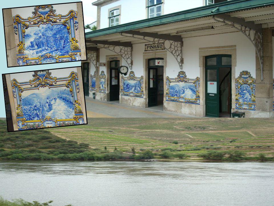 Aos nossos olhos a estação do Pinhão, com um conjunto de painéis de azulejos ligados à temática do vinho do Porto