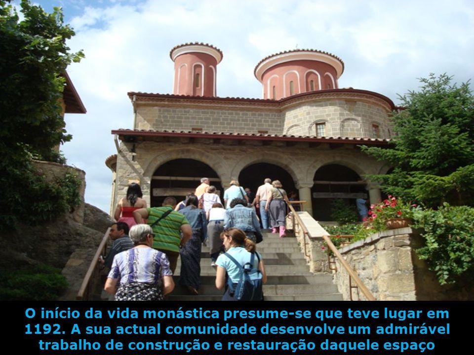 Com uma estupenda vista panorâmica sobre a cidade de Kalambaka, o Mosteiro de Santo Estevão de armónico equilíbrio, tem numerosa e activa comunidade f