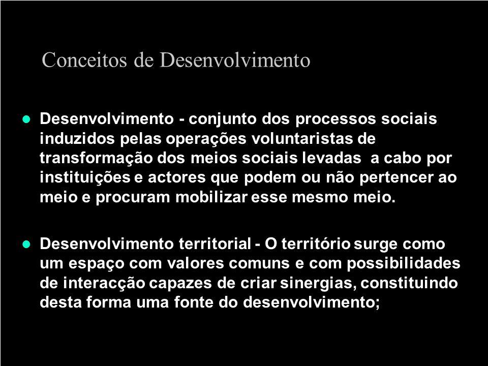 Conceitos de Desenvolvimento Desenvolvimento - conjunto dos processos sociais induzidos pelas operações voluntaristas de transformação dos meios socia