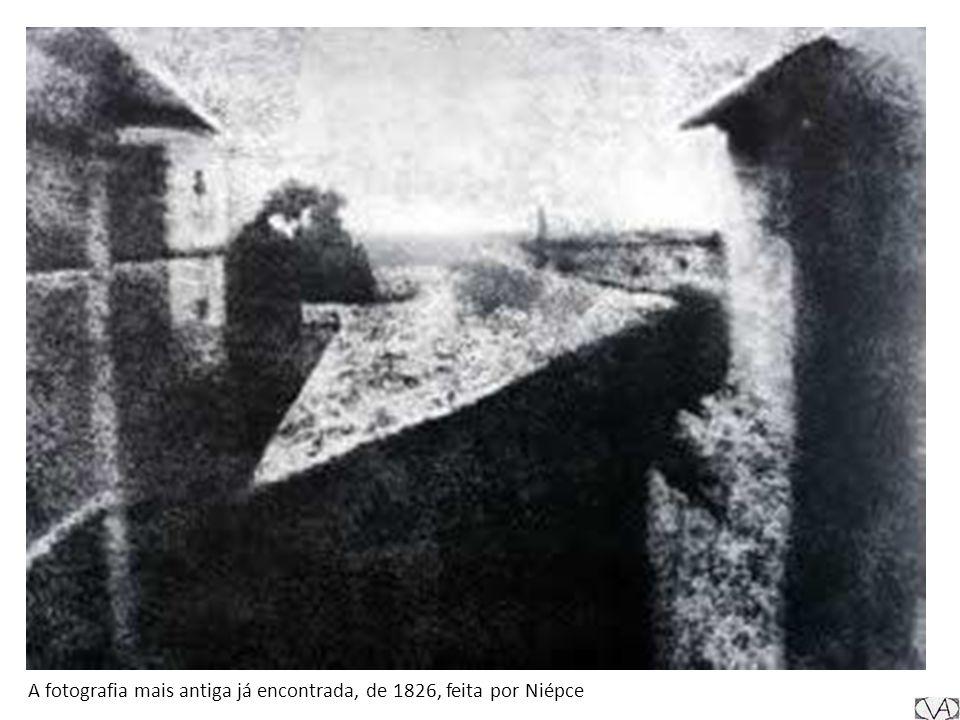 Novas técnicas Também em 1835, o inglês William Henry Fox Talbot, em vez de placas de metal, utilizou folhas de papel cobertas com cloreto de prata e inventou o desenho fotogênico , conhecido pelo nome de calotipia.