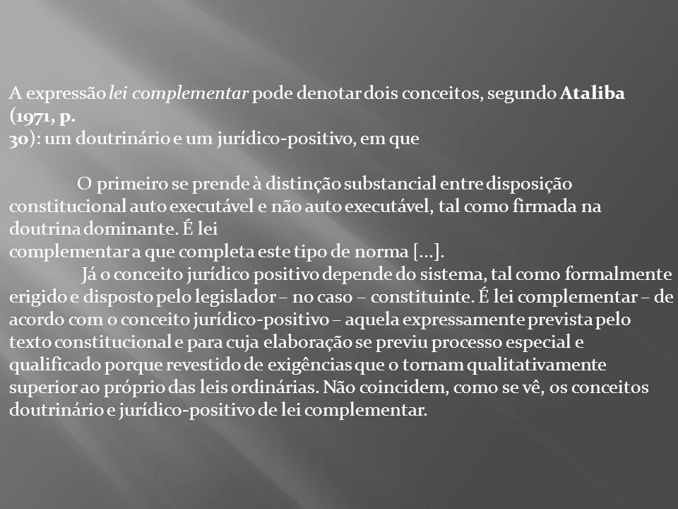 A expressão lei complementar pode denotar dois conceitos, segundo Ataliba (1971, p. 30): um doutrinário e um jurídico-positivo, em que O primeiro se p