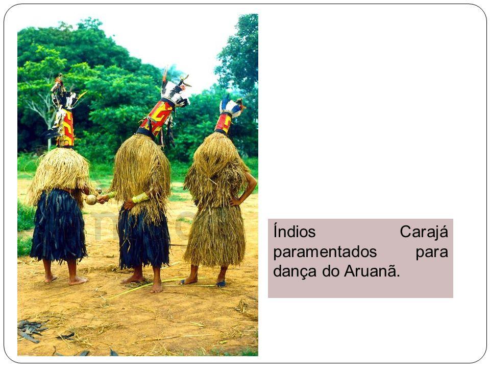 Índios Carajá paramentados para dança do Aruanã.