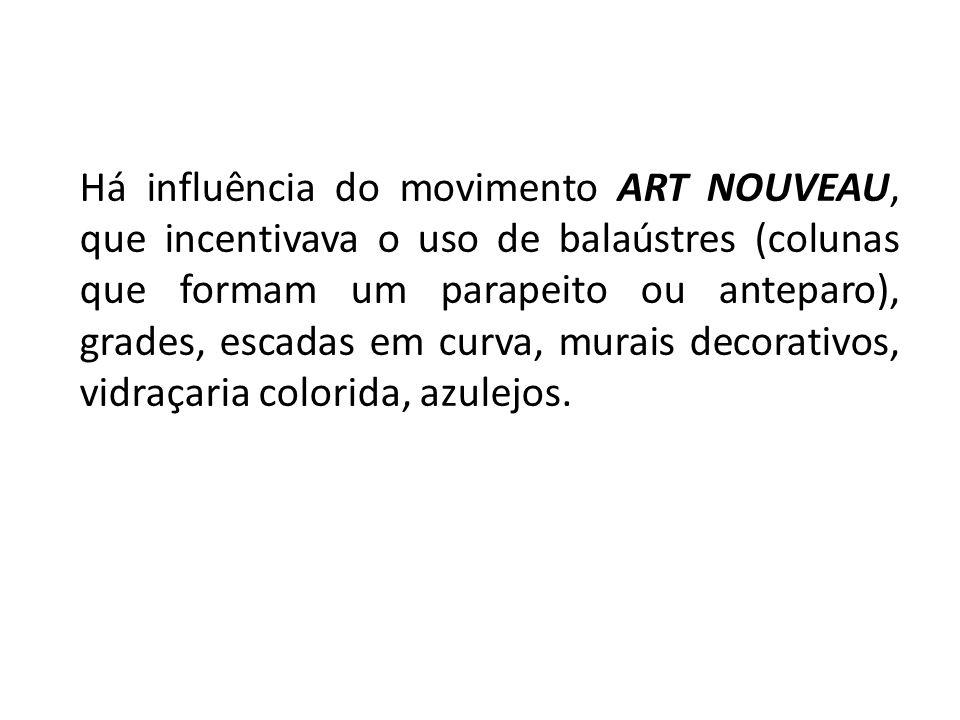 Há influência do movimento ART NOUVEAU, que incentivava o uso de balaústres (colunas que formam um parapeito ou anteparo), grades, escadas em curva, m